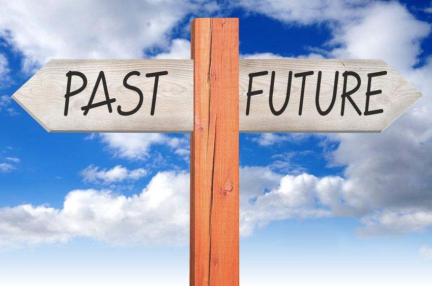 Sowohl im NLP als auch in der Hypnose Behandlung stellt sich die Frage, ob eine Rückführung oder ein zukunftsorientierter Ansatz die richtige Wahl ist.